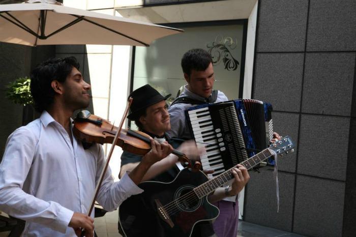 Roaming folk trio